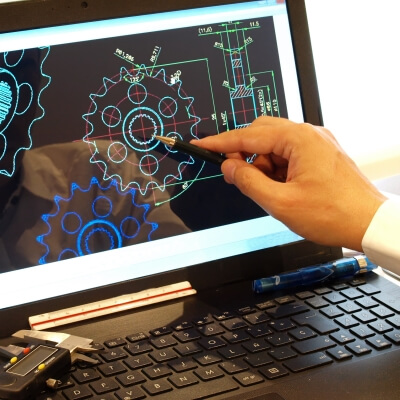 Trainer drawing on screen, drawing CAD Training