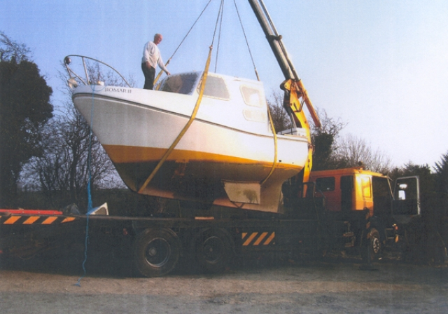 Mini Crane lifting head of a boat