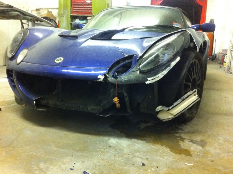 blue Lotus Elise with broken off front bumper and front light