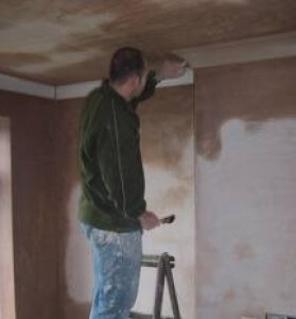 Tradesman plastering walls