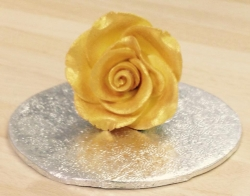 Gold medium rosebud