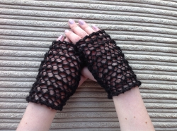 Lacy Short Fingerless Gloves in Pipit