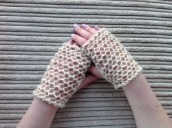 Lacy Short Fingerless Gloves in Apricot & Chase