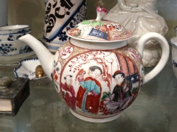 Worcester teapot with chinoiserie decoration